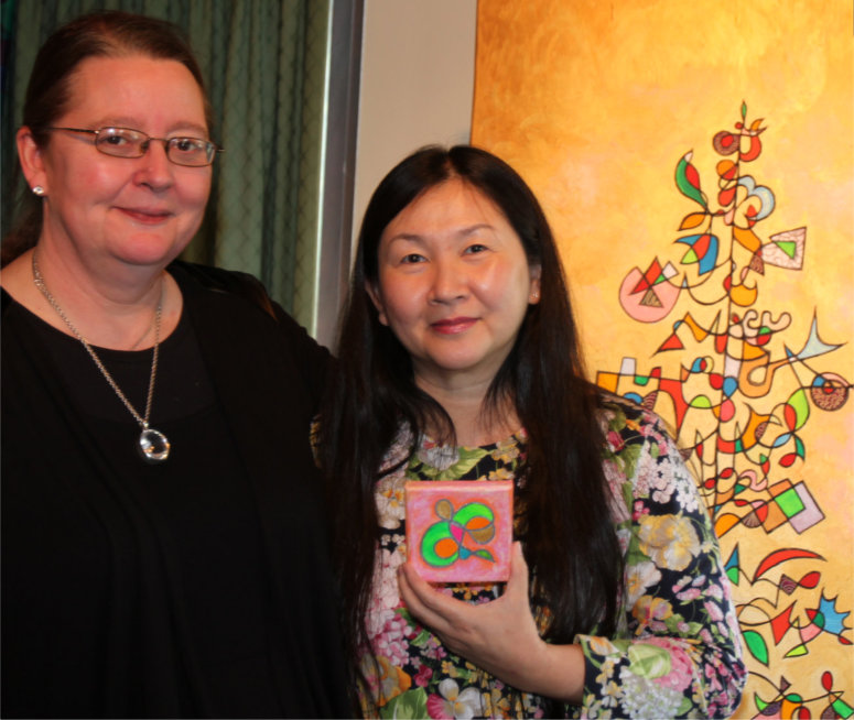 "Silvia Hartmann, Agnes from Singapore & ""Easy And Fun!"" in front of ""Tree of Life"""